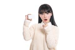 Il ritratto femminile asiatico dello studio ha sorpreso l'esame della carta Immagini Stock Libere da Diritti