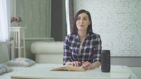 Il ritratto i ciechi, bella giovane donna cieca legge un libro, usa una voce immagini stock libere da diritti