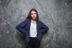 Il ritratto luminoso di modo di donna teenager castana abbastanza giovane dei pantaloni a vita bassa con luminoso compone e capel Immagini Stock Libere da Diritti