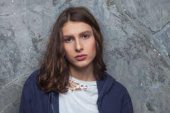 Il ritratto luminoso di modo di donna teenager castana abbastanza giovane dei pantaloni a vita bassa con luminoso compone e capel Immagine Stock