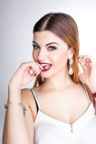 Il ritratto positivo luminoso dello studio di modo della ragazza graziosa con le labbra porpora, luminoso compone, ente sexy, att Immagini Stock