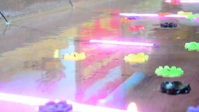 Il rituale che prega la candela variopinta che galleggia sull'acqua per prega Buddha stock footage