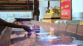 Il rituale che prega la candela variopinta che galleggia sull'acqua per prega Buddha video d archivio