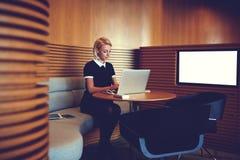 Il riuscito CEO femminile sta lavorando al computer portatile Fotografie Stock