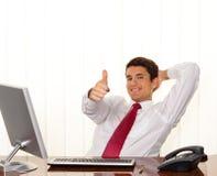 Il riuscito gestore si siede ad uno scrittorio Fotografia Stock