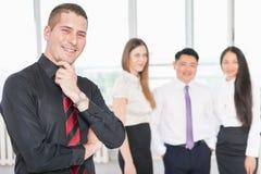 Il riuscito giovane uomo di affari ed il suo affare team Immagine Stock
