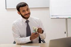 Il riuscito impiegato ha ricevuto uno stipendio Fotografia Stock Libera da Diritti