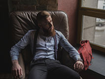 Il riuscito uomo d'affari antiquato sta rilassandosi a casa fotografia stock libera da diritti