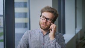 Il riuscito uomo d'affari parla con la sua amica in un giorno piovoso archivi video