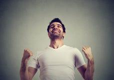 Il riuscito uomo felice che vince, pugni ha pompato la celebrazione del successo Fotografia Stock