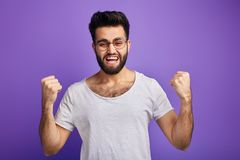 Il riuscito uomo raggiunge i suoi scopi, ha vinto la lotteria fotografia stock libera da diritti