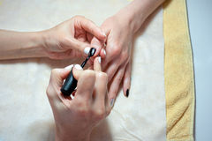 Il rivestimento trasparente dei chiodi è un primo piano nel salone di bellezza Processo del manicure? Le mani della femmina? Fotografia Stock Libera da Diritti