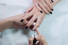 Il rivestimento trasparente dei chiodi è un primo piano nel salone di bellezza Processo del manicure? Le mani della femmina? Immagine Stock Libera da Diritti