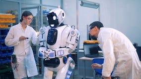 Il robot del controllo della gente e lo ripara archivi video
