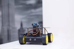 Il robot del metallo sulle ruote è sulla tavola Immagini Stock