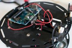 Il robot della costruzione evita l'ostacolo per i bambini Piattaforma robot con ci fotografie stock