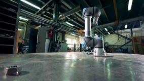 Il robot di collaborazione sta muovendosi nell'unità di stoccaggio video d archivio