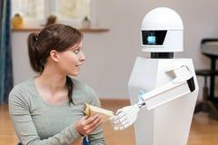 Il robot di servizio sta dando un panino fotografia stock