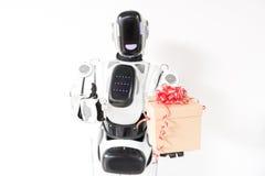 Il robot felice sta stando con il contenitore di regalo Immagini Stock Libere da Diritti