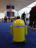 Il robot giallo verde di Android rotola intorno a Google lo IO Android Immagini Stock