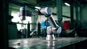 Il robot industriale sta muovendosi mentre era attaccato alla tavola video d archivio