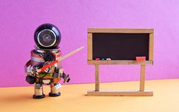 Il robot spiega la teoria moderna Insegnante con un puntatore vicino alla lavagna, concetto di apprendimento automatico di intell Fotografie Stock