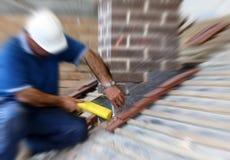 Il roofer dell'apprendista installa il lampeggiamento del cavo Fotografia Stock