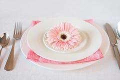 Il rosa del giorno del ` s del biglietto di S. Valentino ha decorato la regolazione della tavola per la cena romantica Fotografie Stock