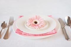 Il rosa del giorno del ` s del biglietto di S. Valentino ha decorato la regolazione della tavola per la cena romantica Immagini Stock
