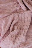 Il rosa del plaid lavora all'uncinetto con la treccia del modello immagine stock