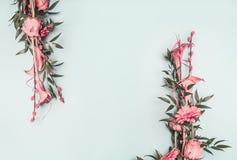 Il rosa della composizione due nella primavera, il mazzo meravigliosamente decorato della molla delle rose ed altri fiori hanno a immagini stock libere da diritti
