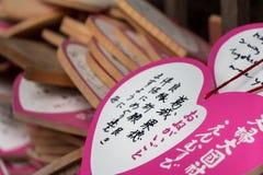 Il rosa desidera le compresse scritte dai turisti in inglese e giapponese Fotografia Stock
