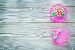 Il rosa ha avvolto le scatole attuali sul bordo di legno direttamente sopra celebr Fotografie Stock Libere da Diritti