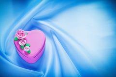 Il rosa ha decorato la scatola attuale sulla celebrazione blu del fondo del tessuto Fotografia Stock Libera da Diritti