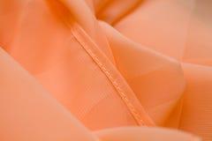 Il rosa, offerta di seta di color salmone ha colorato il tessuto, materiale increspato l'eleganza Fotografie Stock Libere da Diritti