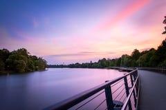 Il rosa si rannuvola il lago Woehrder vede e un ponte a Norimberga fotografia stock libera da diritti
