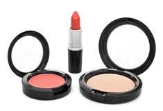 Il rossetto, arrossisce e cipria su fondo bianco Fotografie Stock Libere da Diritti