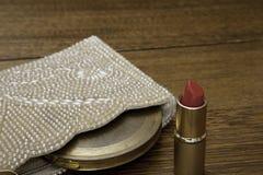 Il rossetto rosso con la borsa 1920 e l'annata comprimono Fotografia Stock Libera da Diritti