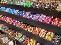 Il Rossiglione, Francia - marzo 18,2017: Un mulino a vento dei barattoli dei pigmenti colorati di tutti i colori dell'arcobaleno  Fotografie Stock