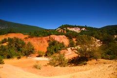 Il Rossiglione, Valchiusa, Francia - vista alle montagne ocracee Fotografia Stock Libera da Diritti