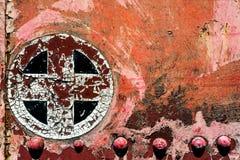 Il rosso arrugginito più aggiunge il simbolo trasversale del segno sul vecchio tex del fondo del metallo immagine stock libera da diritti