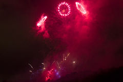 Il rosso carminio luminoso stupefacente suona la celebrazione del fuoco d'artificio del nuovo anno 2015 a Praga sopra la scultura Immagine Stock Libera da Diritti