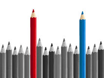Il rosso contro i concorrenti blu disegna a matita la condizione fuori isolati Fotografia Stock