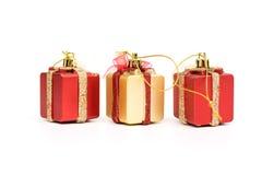 Il rosso dei contenitori di regalo & il colore dell'oro su fondo bianco Fotografie Stock