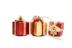 Il rosso dei contenitori di regalo & il colore dell'oro su fondo bianco Fotografie Stock Libere da Diritti