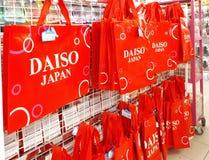 Il rosso di marca di DAISO ricicla il sacchetto della spesa Fotografia Stock