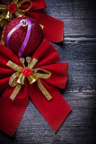 Il rosso di Natale annoda la palla sulle feste del bordo di legno Fotografia Stock Libera da Diritti
