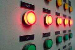Il rosso e la luce verde hanno ingannato il pannello di controllo elettrico che mostra lo stato inserita/disinserita Fotografia Stock