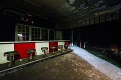 Il rosso ed il bianco hanno colorato il bar con i panchetti - hotel abbandonato Immagini Stock Libere da Diritti