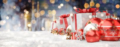 Il rosso ed i regali e le bagattelle di natale bianco hanno allineato la rappresentazione 3D Fotografie Stock Libere da Diritti